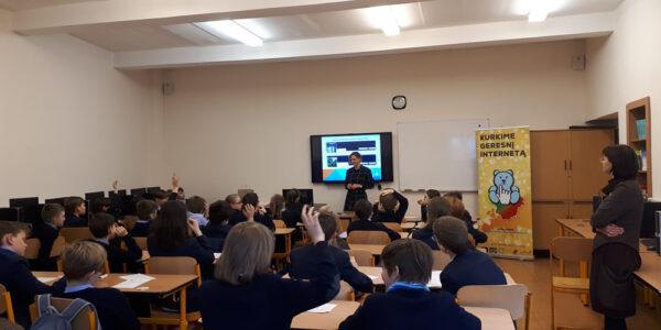 """Projekto """"Saugesnis internetas"""" atstovės Vilniaus Jėzuitų gimnazijoje"""