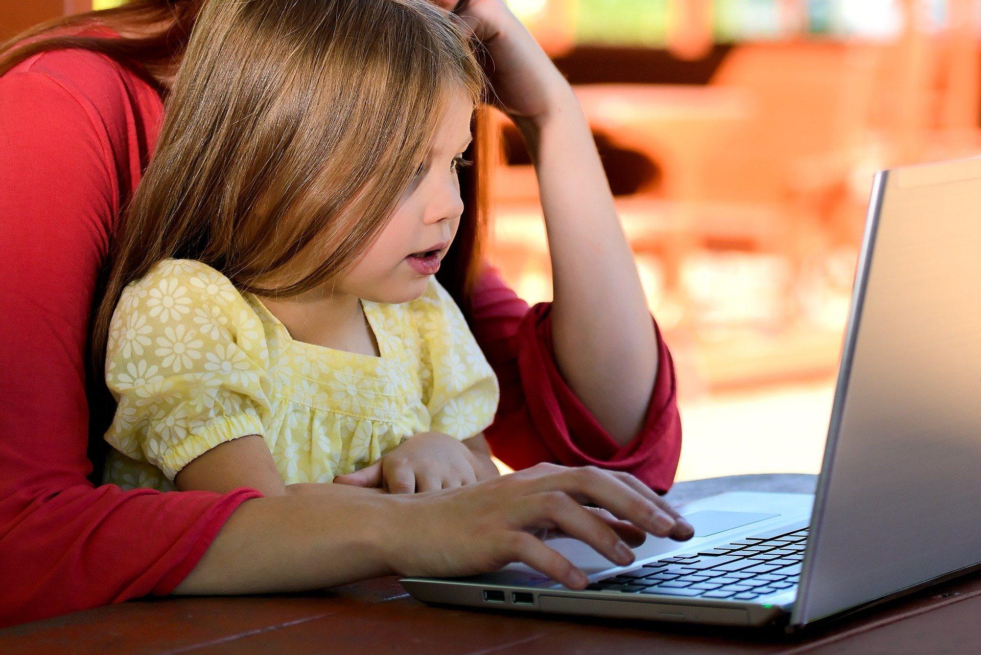Patarimai mokytojams ir tėvams, kaip padėti vaikams saugiai bei efektyviai mokytis internete